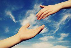 Руки, протянутые друг к другу