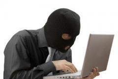 злоумышленник с ноутбуком