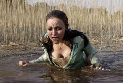 Девушке страшно переходить реку