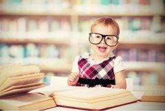 Ребенок, смеющийся над взрослыми книжками