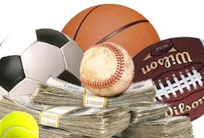 Деньги и спортивные мячи