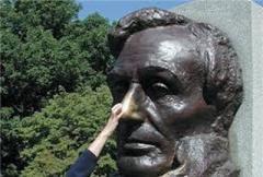 кто-то трогает памятник за нос