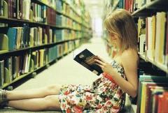девушка читает интересную книгу