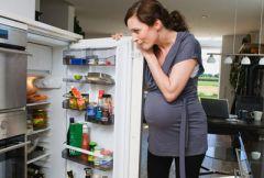 Беременная женщина у холодильника